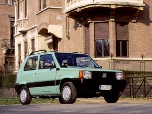 ▲イタリア物でクラシカルなカジュアル性を追求するのであれば、最適なのは初代フィアット パンダか。CVTの「セレクタ」や四駆の「4×4」はやや不安もあるが、FFの5MT仕様ならば維持費もさほどかからないはず。5MTの中古車相場は40万~100万円といったところだ