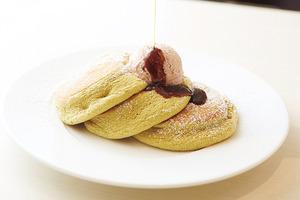 有機抹茶の小倉バターパンケーキ黒蜜添え